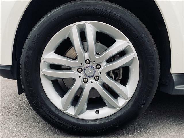 純正20インチアルミホイール。タイヤも7分以上残っており当面の間安心して走行可能です。また、AIRマティックサスペンションはレベルコントロール付ですので、走行状況に合わせた車高設定が可能です。