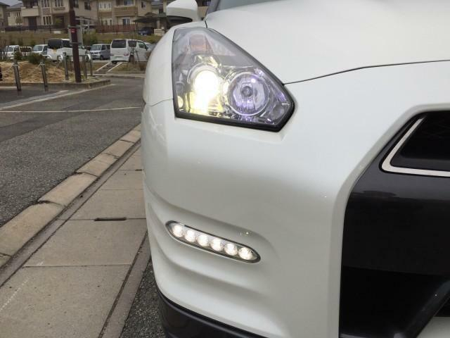 キセノンヘッドランプを装備し、夜間の視界確保とGTRの存在感を対向車にアピールいたします。