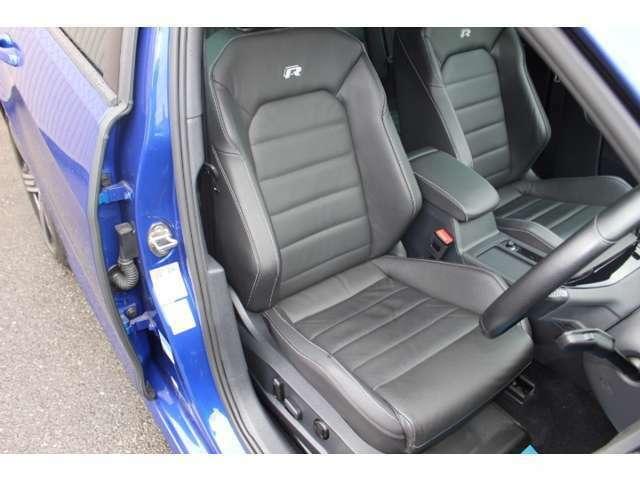 「R」のロゴが刺しゅうされたフロントシート。シートヒーターに加え、運転席には電動調整機構も装備されている。