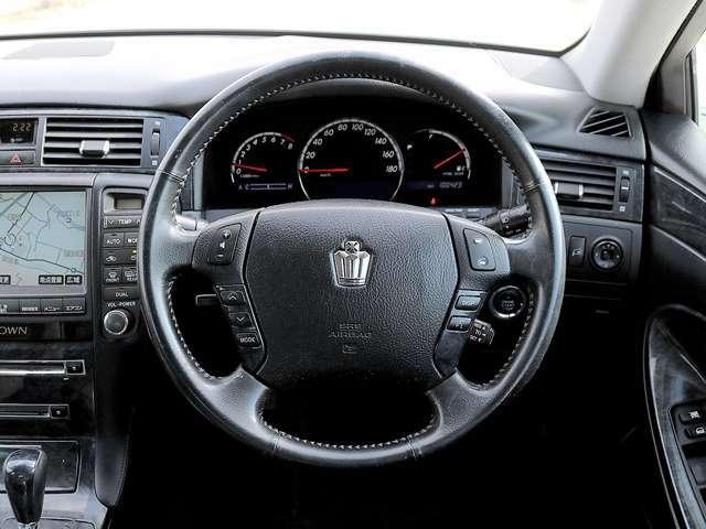 【クルーズコントロール】ハンドルにクルーズコントロールの操作スイッチが装備されていますので、高速運転や長距離ドライブなどには便利な機能でございます。ハンドルから手を離さずに操作できるのでとても安全です