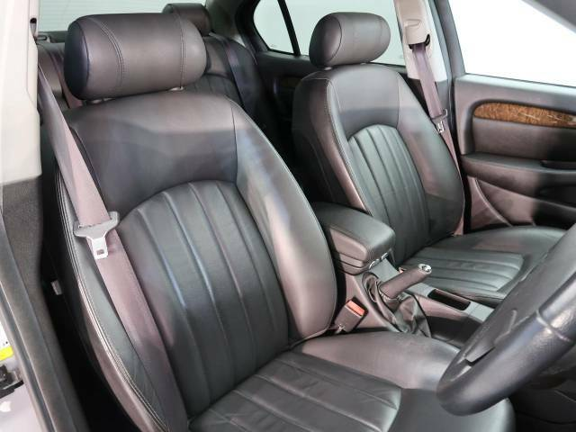 輸入車ならではの洗練されたデザイン、高品質のブラックレザーシート!英国らしい気品高いインテリアに仕上がっております!また、『インテリアレザーガード』も扱っています。詳しくは店頭スタッフまで♪