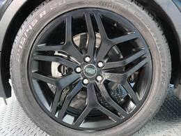 20インチブラックホイール装備!力強さと重厚感を感じさせる立体感のあるスポーク、車体全体のバランスを考慮した洗練されたデザイン性でイヴォークの魅力を際立たせます!