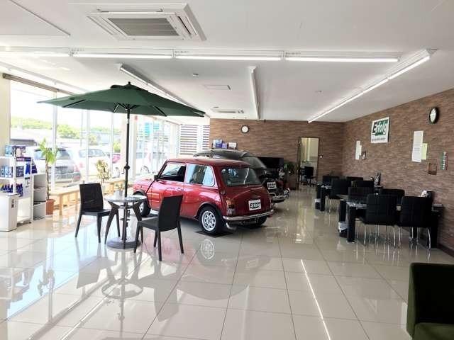ガラス張りで明るいショールーム。広々とした空間でゆっくりお車を選んでください。