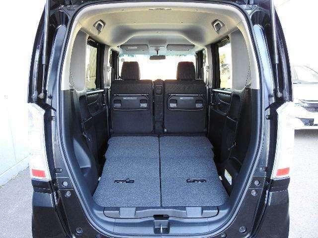 リアシートを倒せば荷室とフラットな空間が作れます!