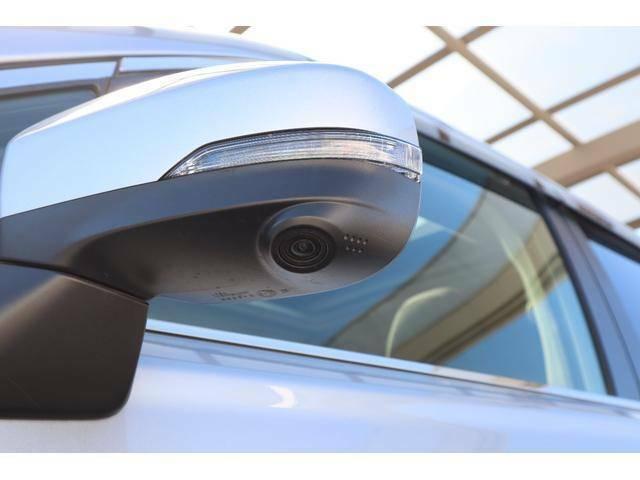 助手席側ドアミラーにはカメラが付いており左フロントタイヤ付近を車内モニターで確認出来ます