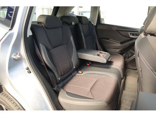 リヤシートもゆったりのスペースを確保しております