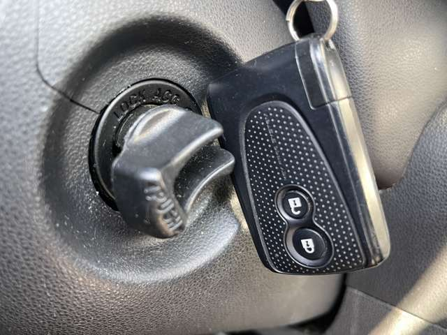 「スマートキー」 カギを出さなくてもドアロック&解除、エンジンスタート&ストップが出来ます♪