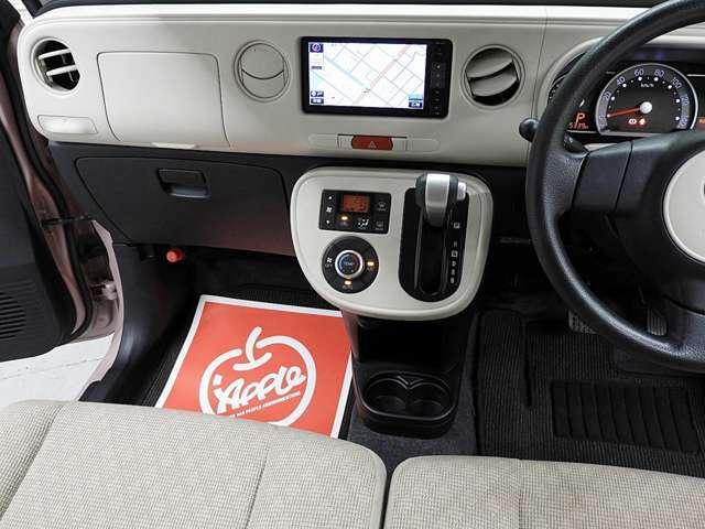足元スッキリのベンチシート。このシートのタイプなら、仮に狭い場所での駐車時でも助手席側からの乗り降りがラクラク可能です。