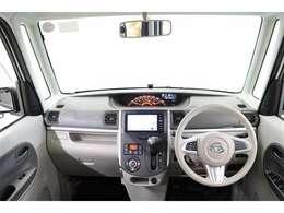 水平基調で視認性が良く、操作系はシンプルで使いやすく配置された運転席廻りです。使い勝手の良い収納があちこちに配置され便利ですよ。