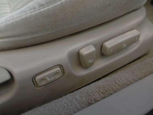 Lパッケージ装着車。運転席、助手席はパワーシートになります。作動もスムーズです。