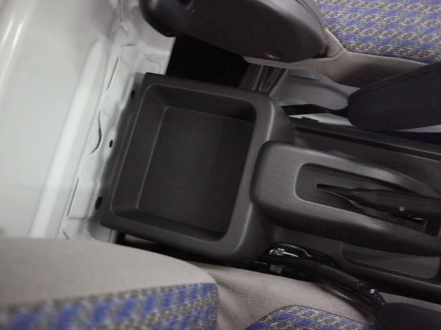 運転席と助手席の間にはドリンクホルダーや小物入れがあり便利です☆