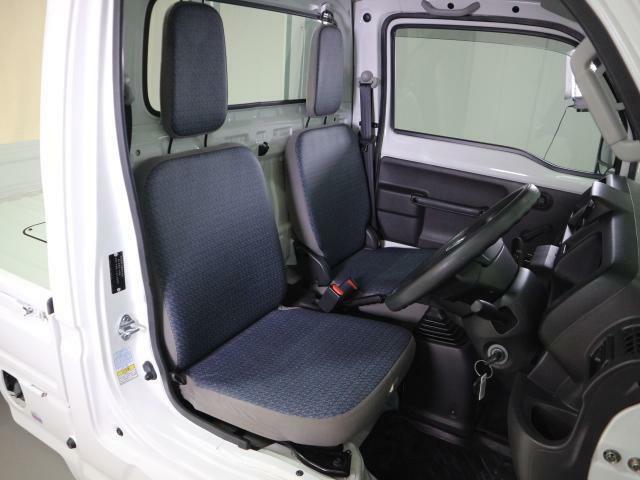 足元広々で座席の移動もスムーズにできます。