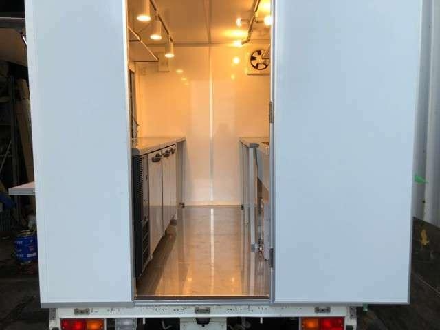 冷蔵庫とシンクは付いておりますが、作業台はオプションになります。¥27500/1台