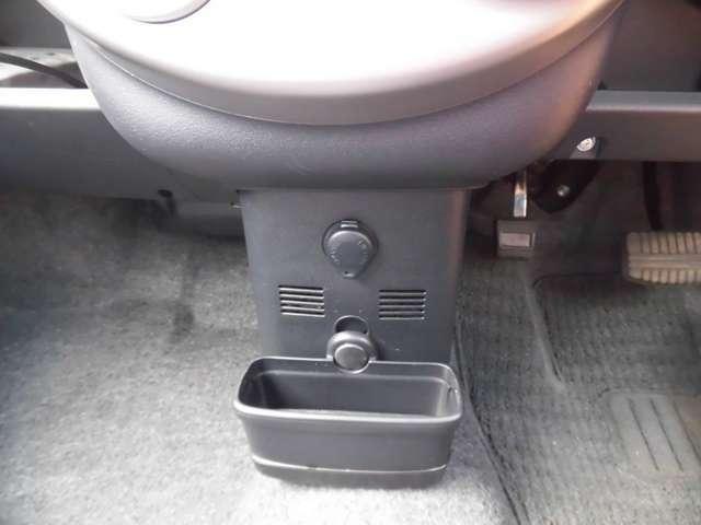 前席前方には便利なグローブボックス&トレー付
