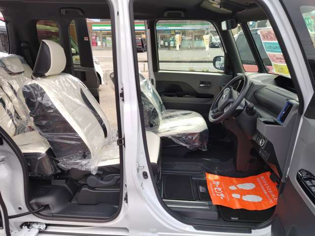 ロングシートです!!後部座席に置いた荷物などをとるときなど大変便利ですよ♪