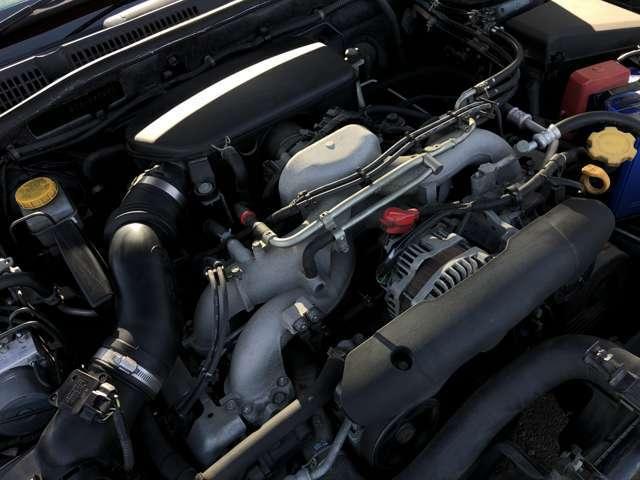 スバルの代名詞でもあるEJ20の水平対向4気筒エンジンは、低重心で安定した走りも魅力的で、さらには万が一の衝突の際にもエンジンが下に潜り込むため安全性も高いと言われております♪