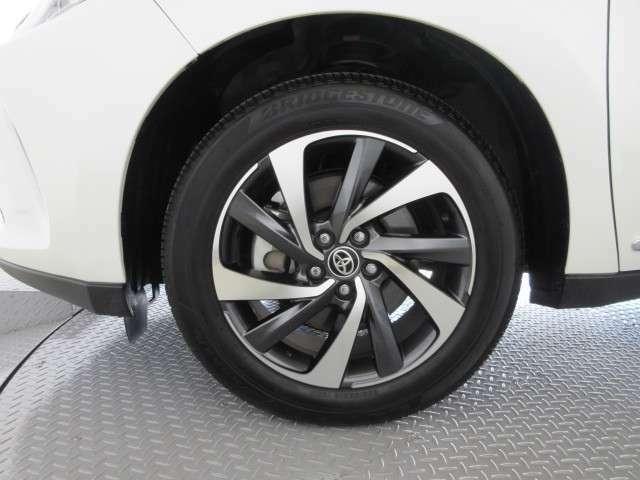 足元を引き締めてくれる純正の大径アルミホイール。タイヤサイズは235/55R18です。