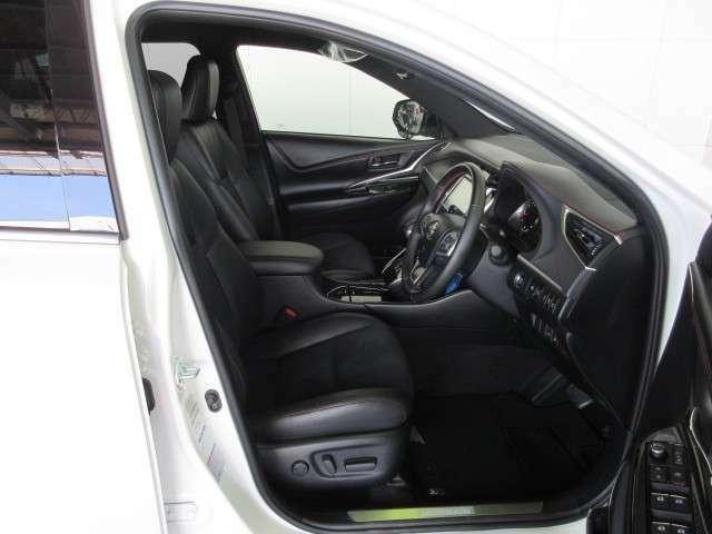 運転席パワーシートでシート位置調整も楽です。
