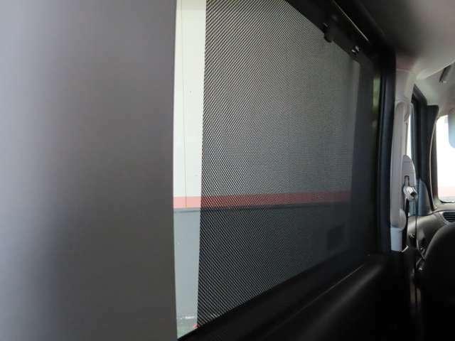 日射しを遮る高い遮光性能を実現した、ロールサンシェードを装備☆必要な時にサッと引き出せます!