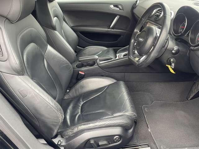 運転席のシートも目立つようなシミや汚れなどもなくキレイな状態です♪足元も広々としておりますのでゆったり乗れます♪運転席にはパワーシートが付いていますので、自分に合ったポジションで運転出来ます♪