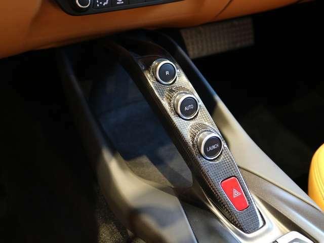 センターブリッジはカーボンを使用し、ローンチコントロール、リバーススイッチがついております。