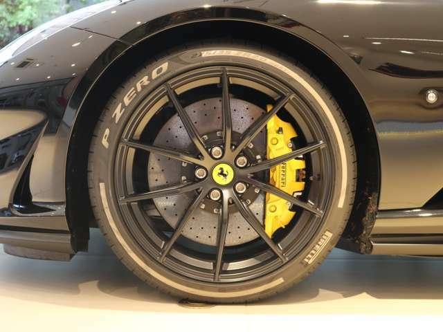 オプションの黄色のキャリパーが黒いボディーに良く映えます。