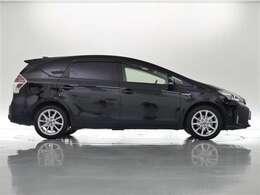 **スモークガラスで、車内のプライバシーを守れエアコンの効きをサポートしてくれます。215/50R/17純正アルミホイール装着車です。