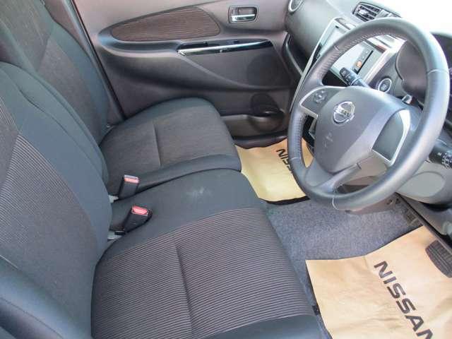 運転席&助手席。足元広々。
