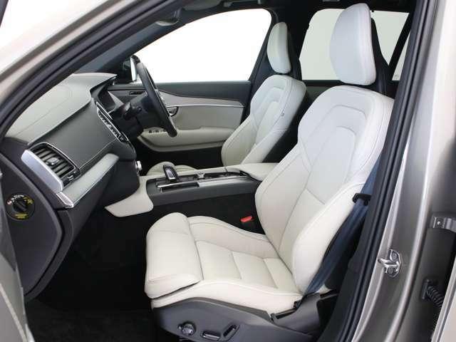 R-Design専用アイテムが創り上げる凛とした車内空間。ホールド感に優れた専用のスポーツシートに腰を下ろしステアリングを握った時、走りを愛する大人をときめかせる格別な時への予感に包まれる事でしょう。