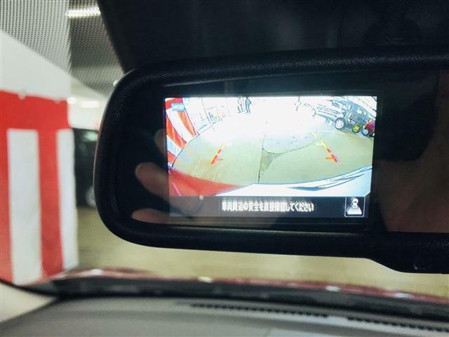 ディスプレイ付自動防眩式式ルームミラーが付きます。