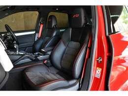 GTSならではのアルカンターラのコンビシート。ステッチや刺繍、シートベルトまでレッドでコーディネートされたインテリア。
