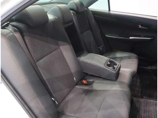 ゆったり座れるリヤシート。真ん中にはアームレストも付いています♪乗り心地も良いですよ♪