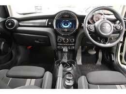 MINIは ドイツの自動車会社BMWが2001年に設立し、日本では2002年3月2日(ミニの日)に発売されました。こちらのお車は、英国BMWグループからリリースされる「3世代目MINI」です。