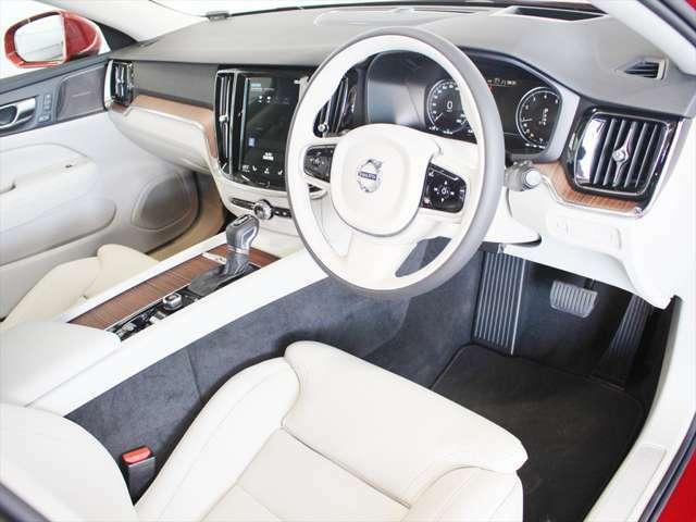 適度に包まれ感がありながらも、視界の良いドライバーズシートです ステアリングやシフトノブといった操作部は、見た目の質感の高さだけでなく手触りも優れた一品です