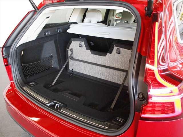 床から仕切り板を持ち上げることで、ラゲッジを区分けることができます 板にはゴムバンドが装備されており、背の高く細い荷物を固定することができます