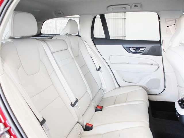 後席もたっぷりとしたシートが確保されています 適度なホールド感がありますので、長距離での移動も疲れません