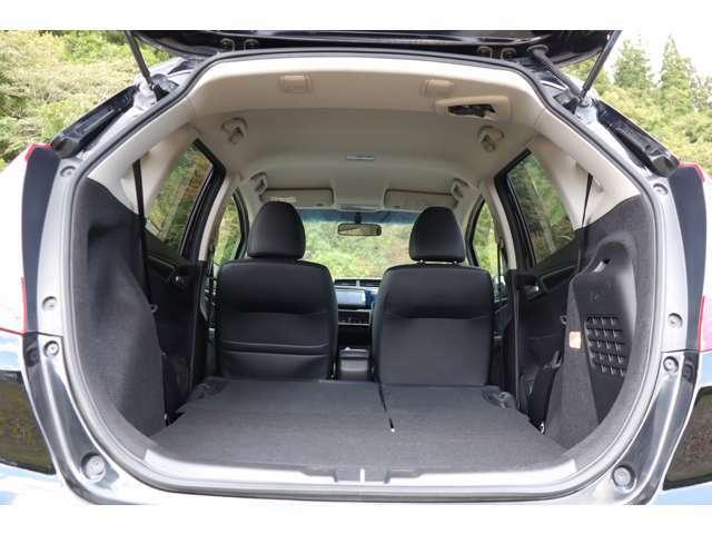 リアシートを畳んでフラットで広大な荷室スペースを確保する事も可能でです