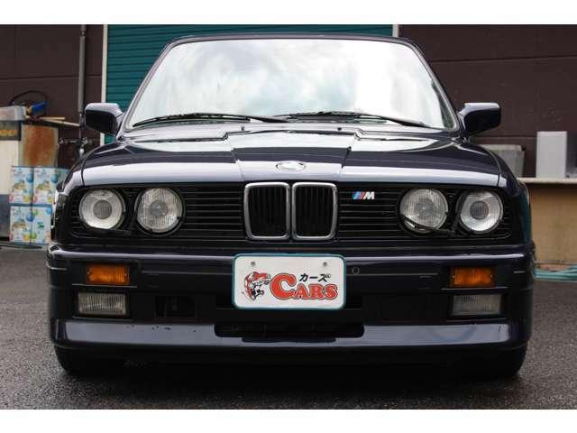 ドイツ本国で1985年に発表。1986年3月から1991年6月にかけて17,086台の2ドア・セダンと786台の2ドア・カブリオレが生産された。生産は左ハンドルのみ!