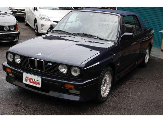 E30型M3は、BMW 3シリーズ(2ドアセダン)をベースとしながらもボディ剛性や空力性能を高めるため大幅に変更、12箇所のボディパネルが専用品で、より大きく太いホイールを装着するためにブリスターフェンダーを採用