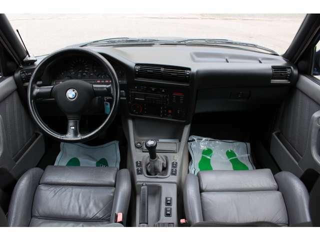 インテリアは、Mテクニック3本スポークステアリングや専用バケットシートを装着する。左ハンドルのみの設定!