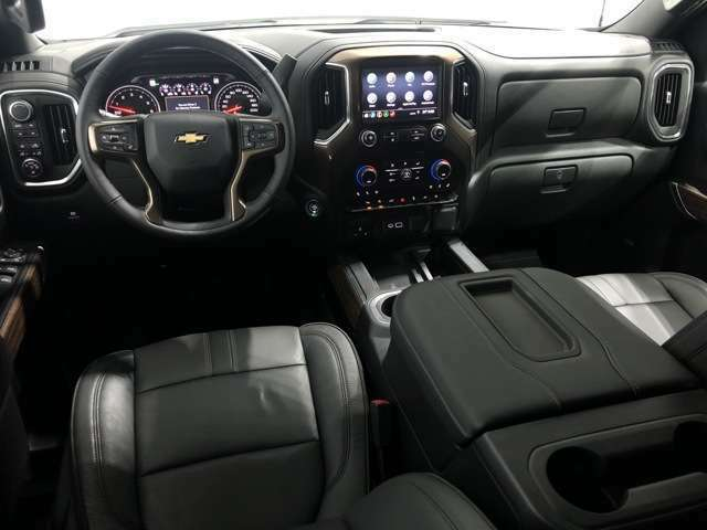 インテリアのフロントシートは左右10wayパワーシートで、シートヒーターはもちろん、シートクーラー、ステアリングヒーターまで備えております。
