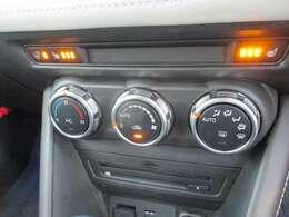 シートヒーター&ハンドルヒーター付き。オートエアコンで簡単操作。