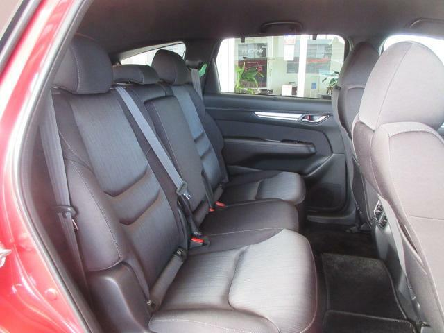 フロントシート同様の快適さを与えられたセカンドシートは、6:4分割の3人掛けタイプです。まるで高級セダンのような座り心地を、是非ご堪能ください。