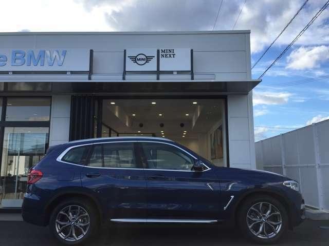 ファイトニックブルーはX3のイメージカラーでございます。明るすぎないこちらのスポーティーで爽やかな色は、駆け抜ける喜び、BMWにピッタリでございます。