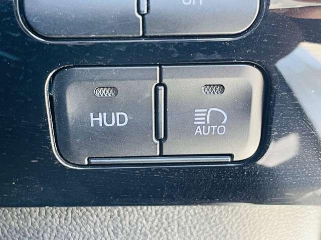 【 ヘッドアップディスプレイ 】こちらのお車にはヘッドアップディスプレイ(HUD)が装備されております♪目線を下げずにスピードの確認等ができて安全です♪