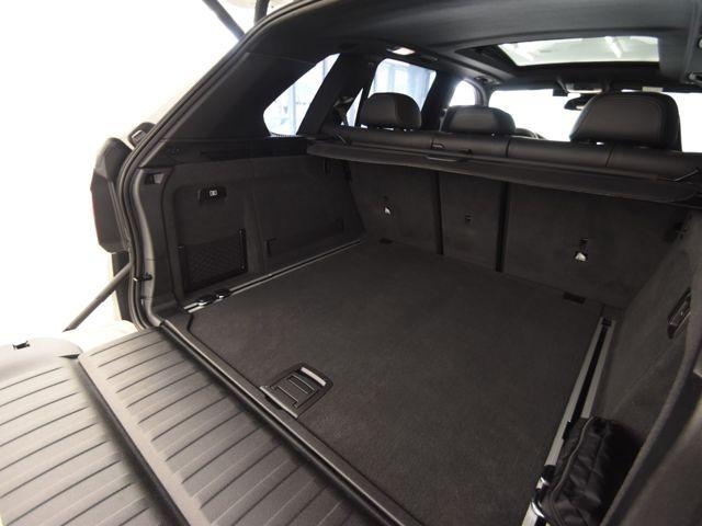 SUVの特徴でもあるトランクの広さはご覧のとおり後部座席を倒す事でより大きな荷物を載せることも可能です。