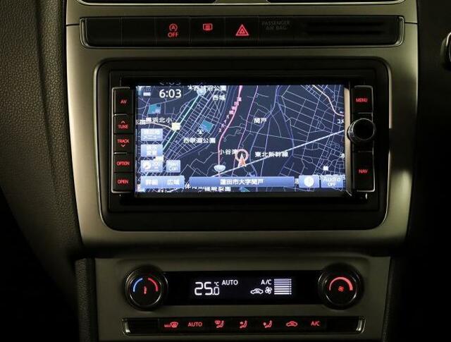 VW純正インフォティメントシステムタッチパネルナビゲーション。車両設定や情報が確認できます。ナビ連動型純正ETC2.0とエンブレム内蔵バックカメラが付いています。