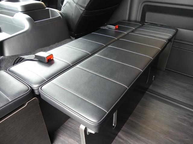 後ろ向き乗車席兼用のキャビネットは2列目のオットマンとしても活用でき