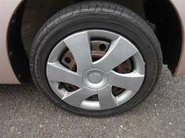 タイヤとスチ-ルホイ-ルは、専用洗剤で汚れを除去します♪手磨きした後に、艶出しコ-ティングも(^^♪ スペアタイヤもしっかり洗浄(^^)