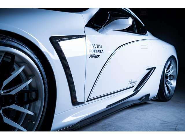 サイドアンダーエクステンションは、フェンダー部分のエクステンションの流れを意識し、サイドスポイラーと一体感を生み出しております。ピンストライプもコンンプリートカーへ標準装着しております。